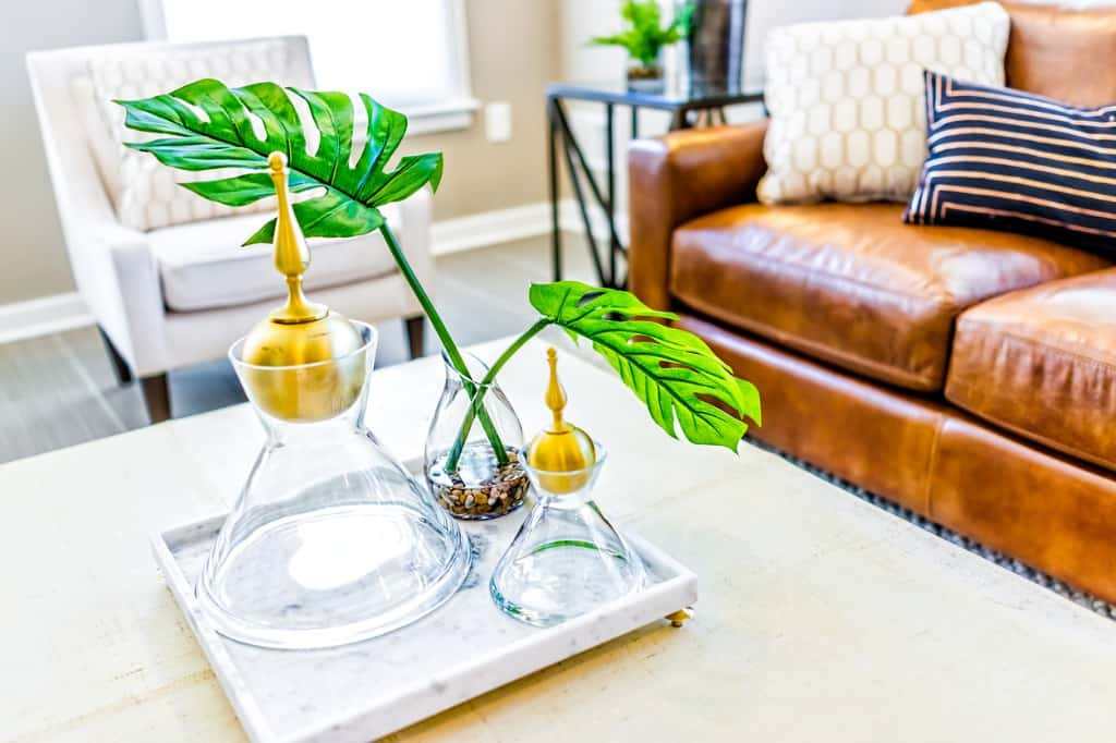 serving tray with decorative vases in home
